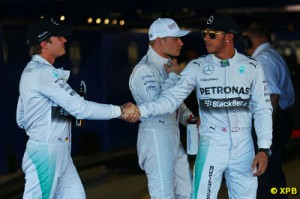 Nico Rosberg (L) is now 17 points behind Lewis Hamilton with a possible 100 points left to be won